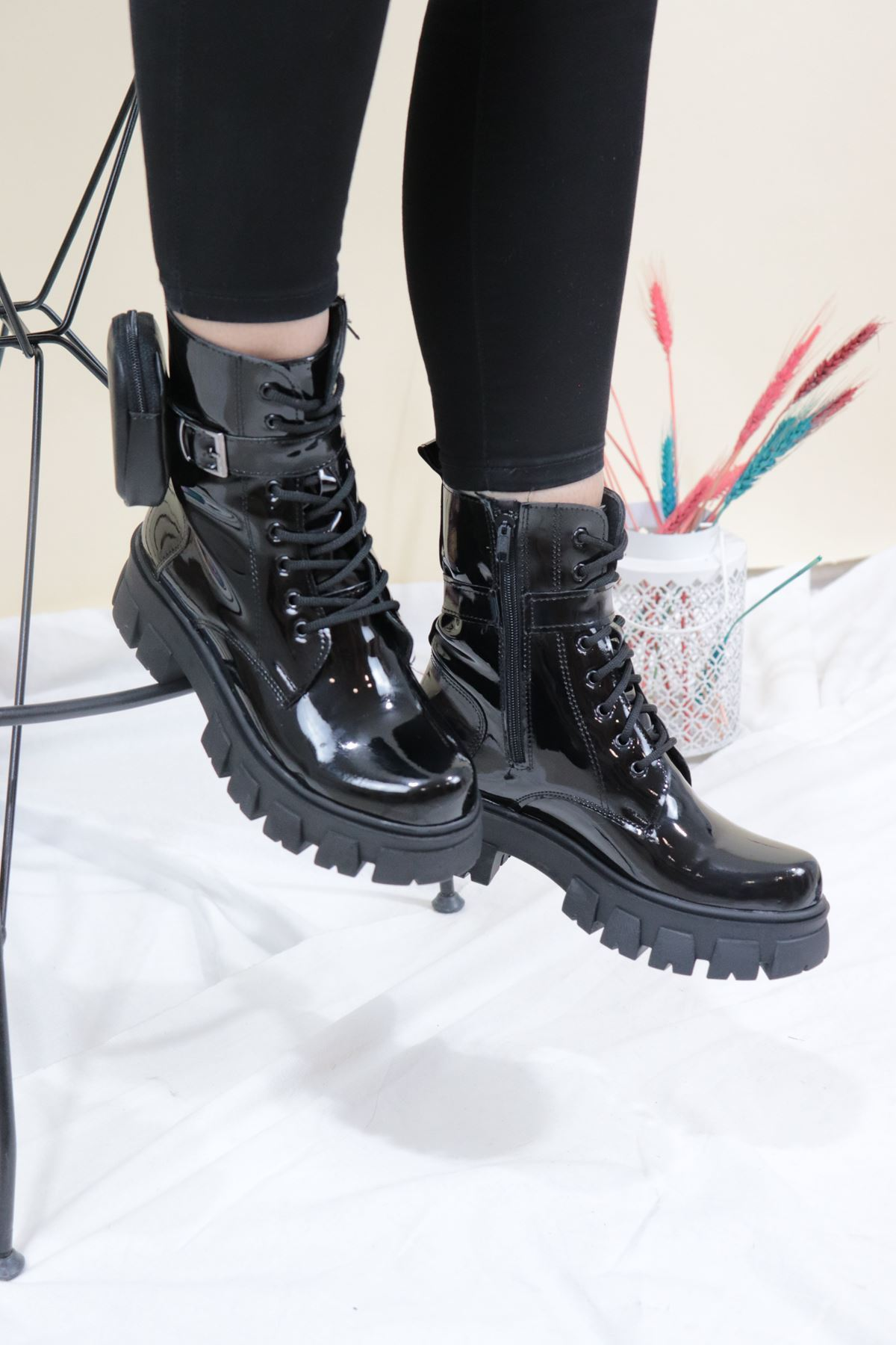 Trendayakakbı - Siyah Rugan Cüzdan Detaylı Kadın Bot