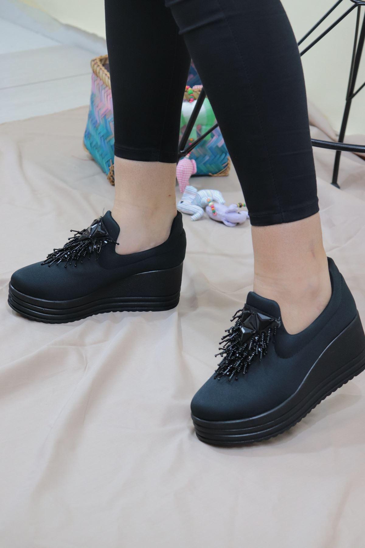 Trendayakkabı - Siyah Önü Püsküllü Kadın Dolgu Topuk Ayakkabı