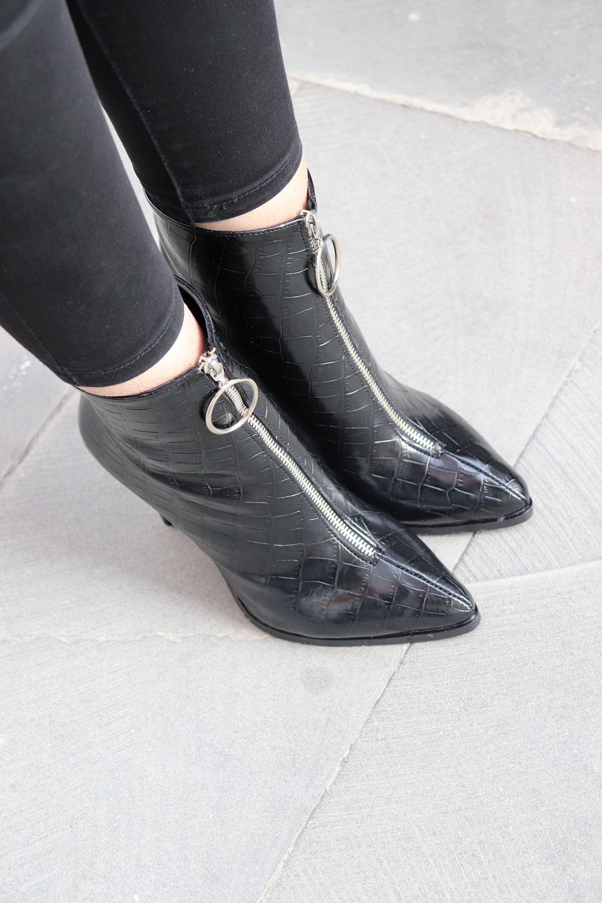 Trendayakkabı - Siyah Rugan Önden Fermuarlı Kadın Bot