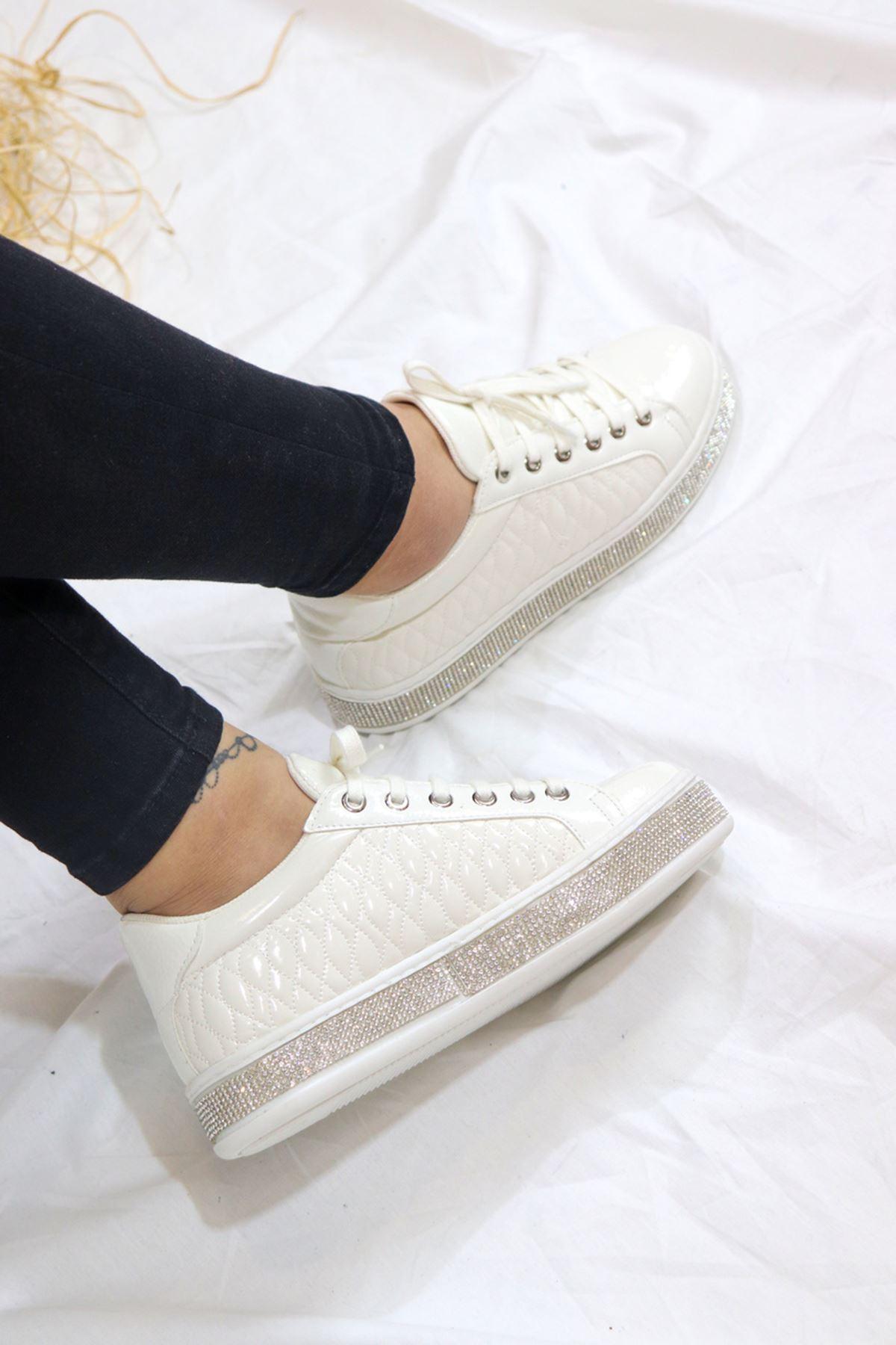 Trendayakkabı - Beyaz Rugan Taş detaylı Kadın Spor Ayakkabısı